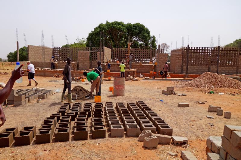 Construction de l'EPP, école primaire, fabrication des éléments sur place, village de Nagou, Togo.