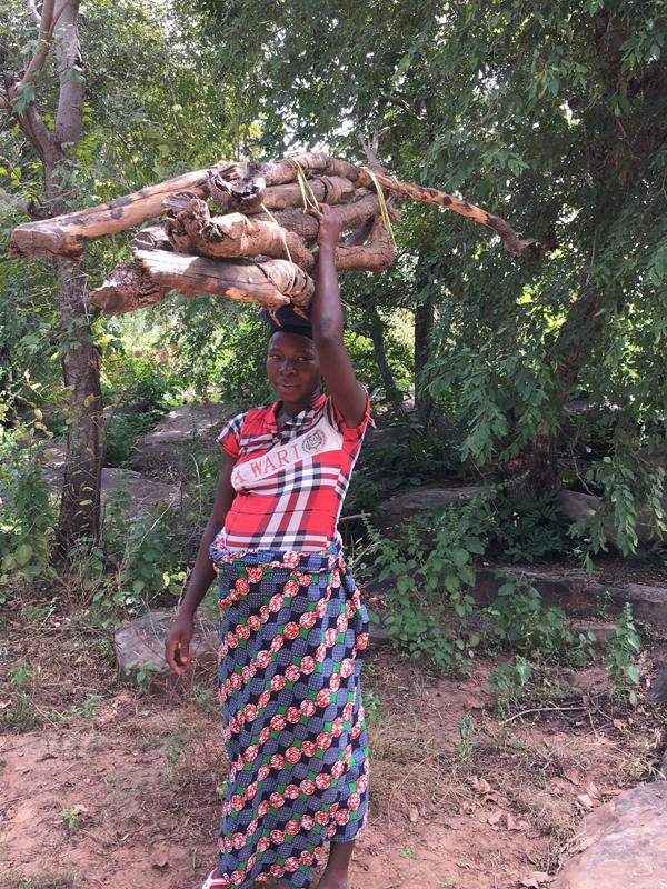 Femme portant du bois, village de Nagou, Togo.