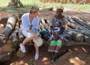 Lit de repos, femme et enfant, village de Nagou, Togo.