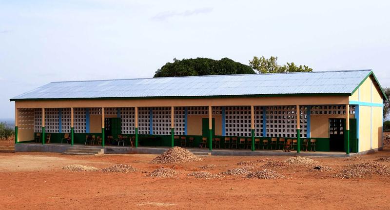 Bâtiment de l'école primaire construit, trois classes, village de Nagou, Togo