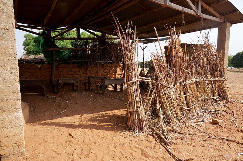 Une classe de primaire avant la construction de l'école, Nagou, Togo