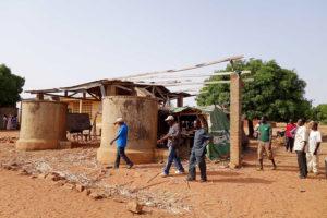 Les citernes et une ancienne classe de l'école, Nagou, Togo