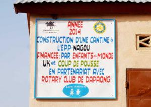 Sur la cantine, le panneau des donateurs, Nagou, Togo.