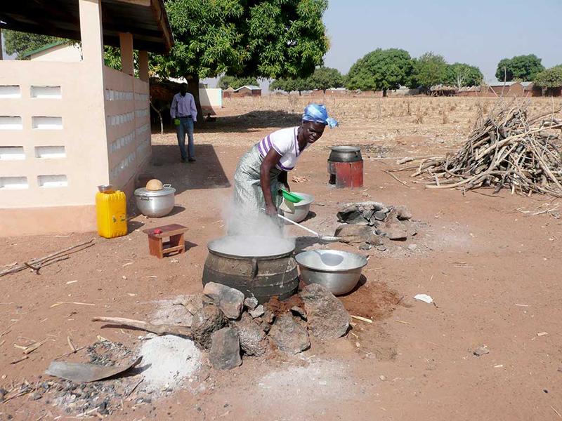 Préapartion du déjeuner, cantine de l'école primaire, village de Nagou, Togo