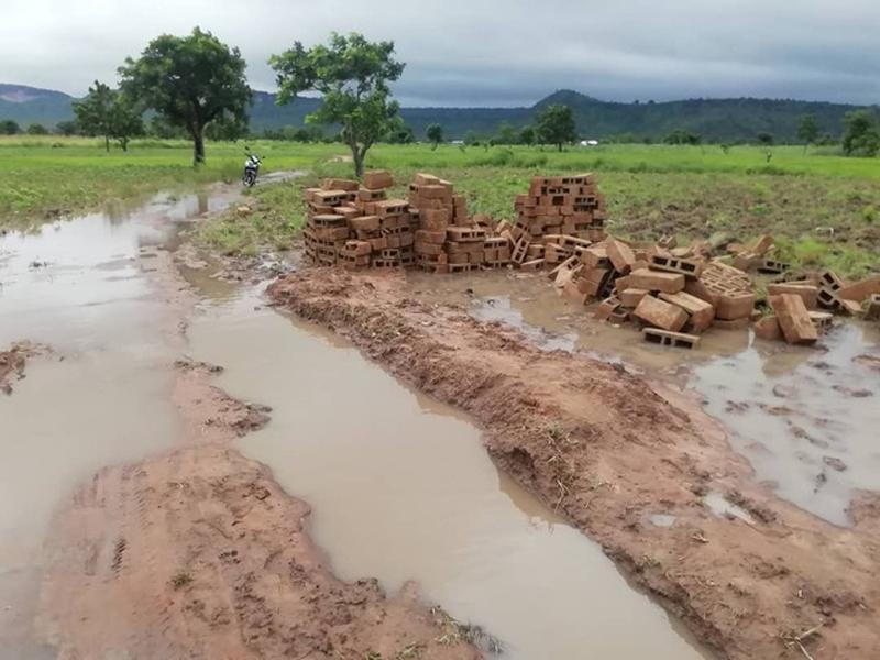 Route défoncée après les puies vers le village de Kona, Région des Savanes, Togo