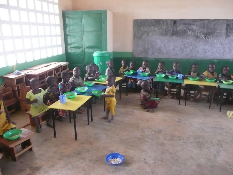 Déjeuner à la cantine dans la nouvelle maternelle, village de Nagou, Togo