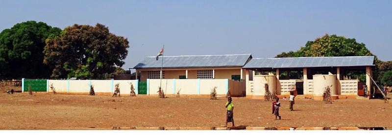 Ensemble maternelle, cantine et cuisines, village de Nagou, Togo.