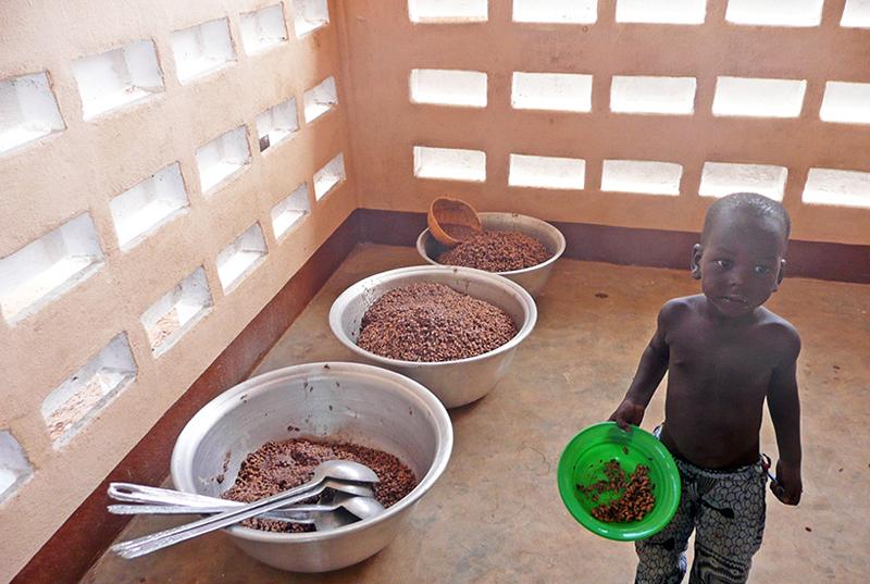 Cantine, déjeuner nouvelle maternelle, village de Nagou, Togo