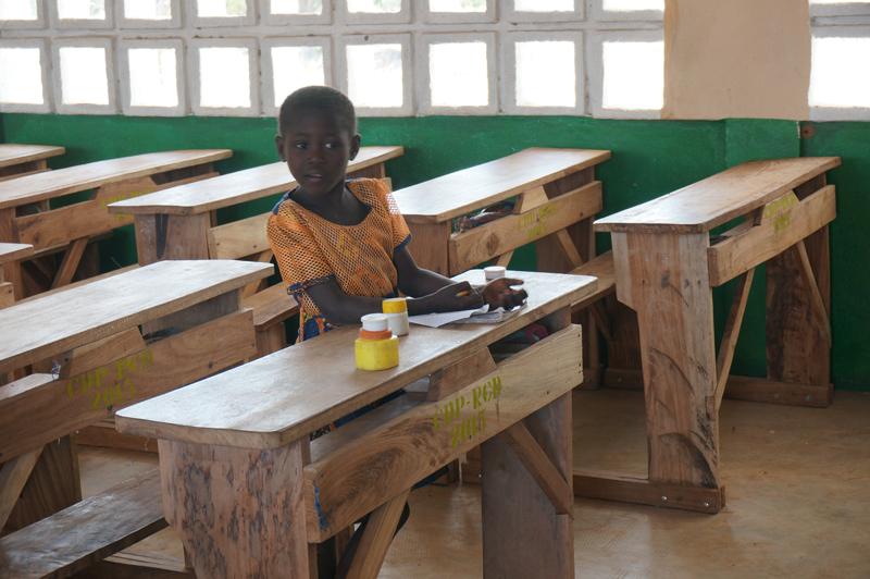 Classe de primaire, une petite fille fait ses devoirs, village de Nagou, Togo