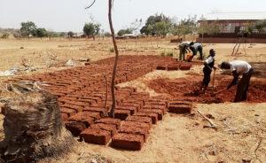 Fabrication de BTC, briques de terre stabilisée.